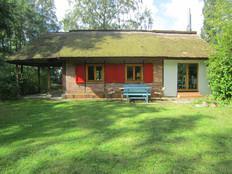 Ruhiges Reetgedecktes Ferienhaus in Ostseenähe in Juliusruh